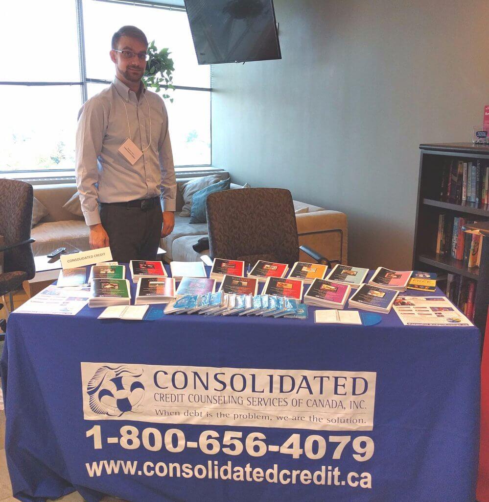 El Administrador de Alcance Comunitario de Consolidated Credit, Benjamin Allen, en un evento comunitario.